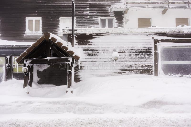 在雪盖的一个被撕毁的房子的前面-孚日省,法国 免版税库存照片