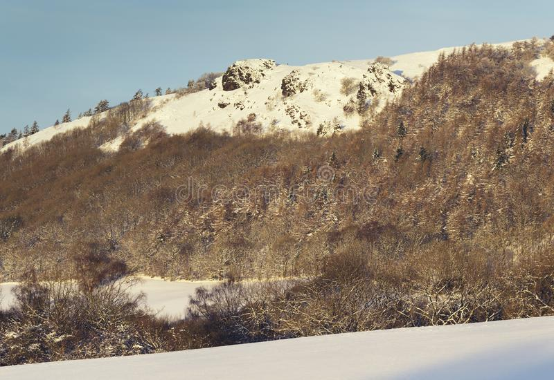 在雪盖的山顶面在冬天在英国 库存照片