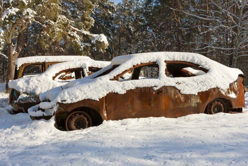 在雪盖的精疲力竭汽车 库存图片