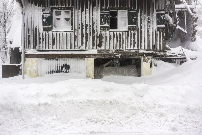 在雪盖的被撕毁的房子-水平 图库摄影
