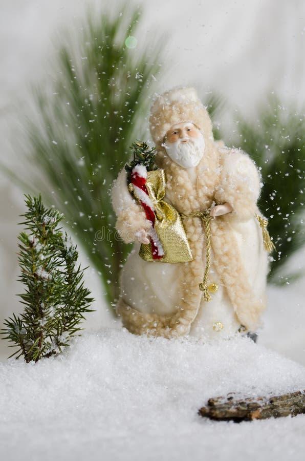 在雪秋天的圣诞老人 免版税库存图片