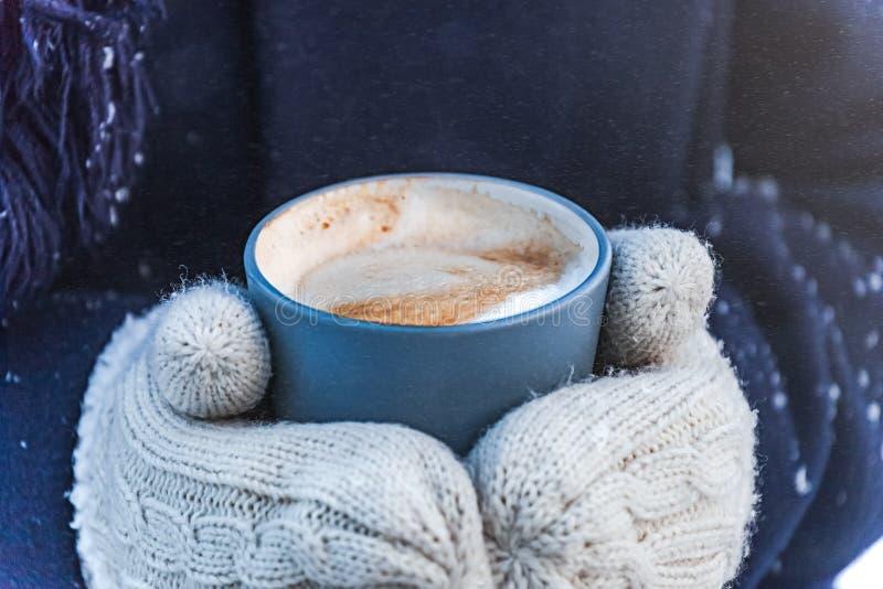 在雪街道的冬天咖啡 免版税库存图片