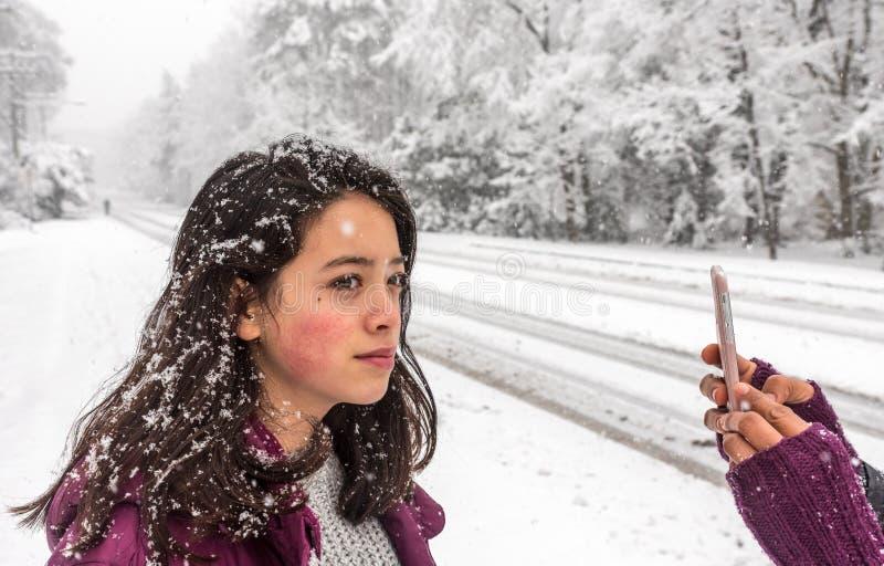 在雪被拍摄的年轻亚裔美国人女孩 免版税库存图片
