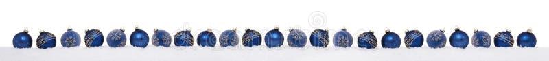 在雪连续隔绝的蓝色中看不中用的物品 图库摄影