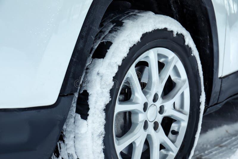 在雪道的现代汽车 时数横向季节冬天 免版税图库摄影