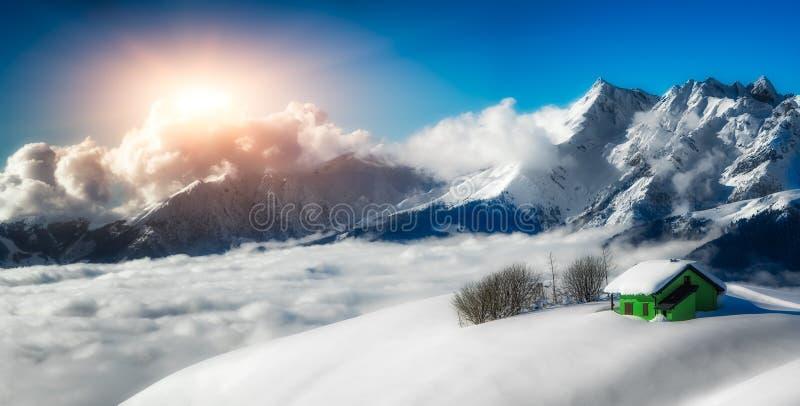 在雪隔绝的偏僻寺院全景风景 库存照片