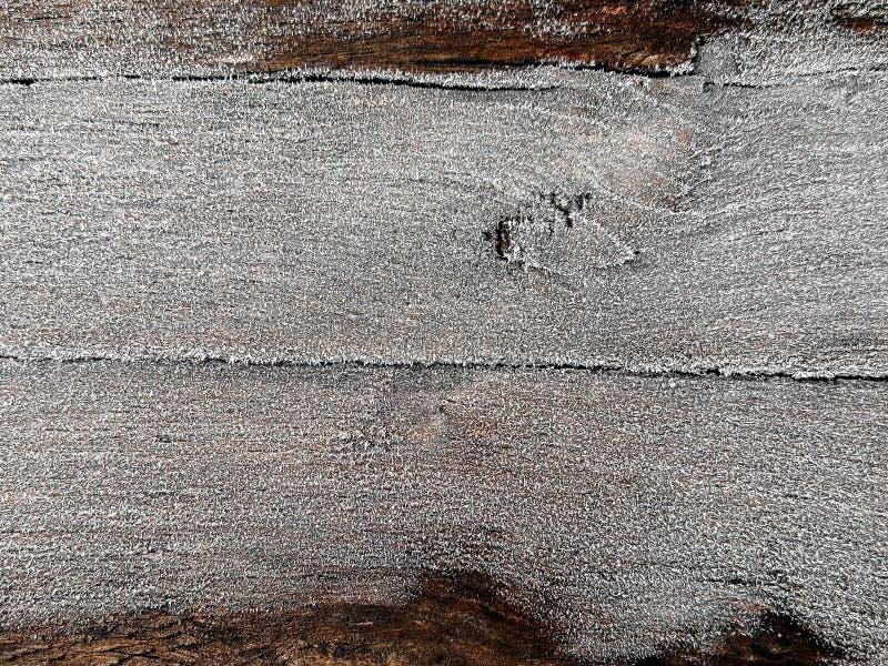 在雪霜灰白下的土气老木板表面与文本的,冬天设计的背景一空格 库存图片