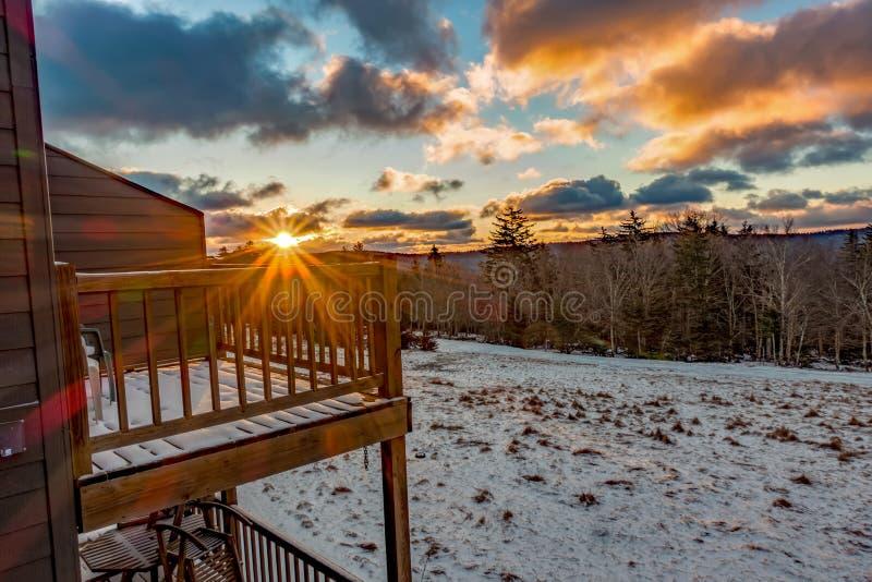 在雪靴西维吉尼亚滑雪场的美好的自然日出 免版税库存照片