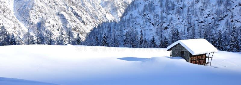 在雪风景的山瑞士山中的牧人小屋 免版税库存图片