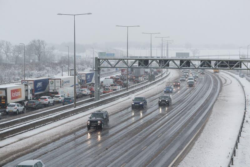 在雪风暴期间的英国机动车路M1 图库摄影
