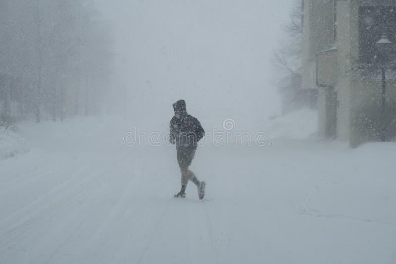 在雪风暴的慢跑者 库存照片