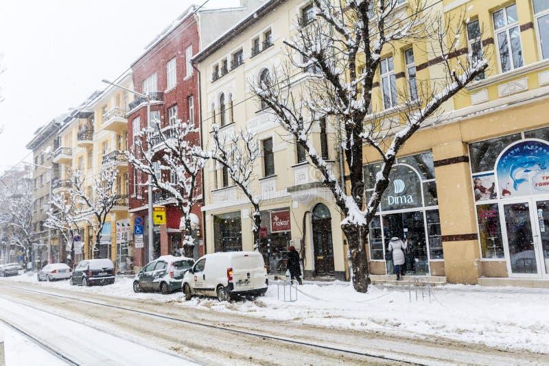 在雪风暴的都市街道 免版税库存照片