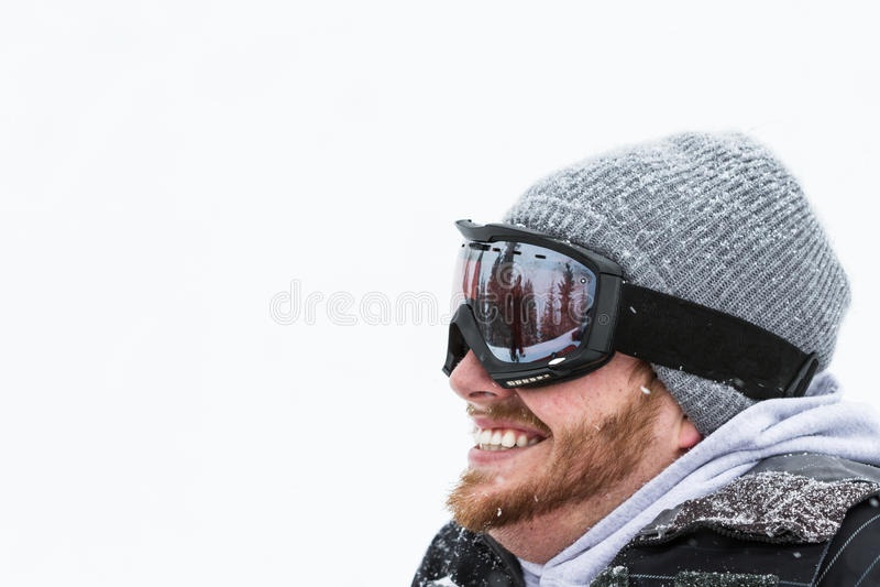 在雪齿轮的愉快的男性 免版税库存图片