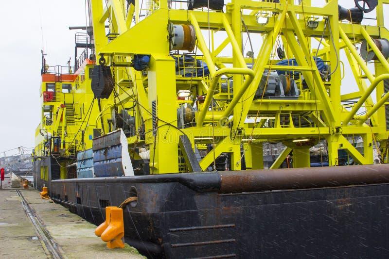 在雪s期间,荷兰船Tridens的严厉的超结构和台架bearthed在肯尼迪码头在黄柏港口在爱尔兰 免版税图库摄影