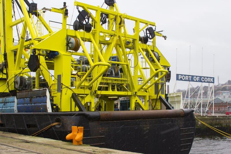 在雪s期间,荷兰船Tridens的严厉的超结构和台架bearthed在肯尼迪码头在黄柏港口在爱尔兰 免版税库存照片