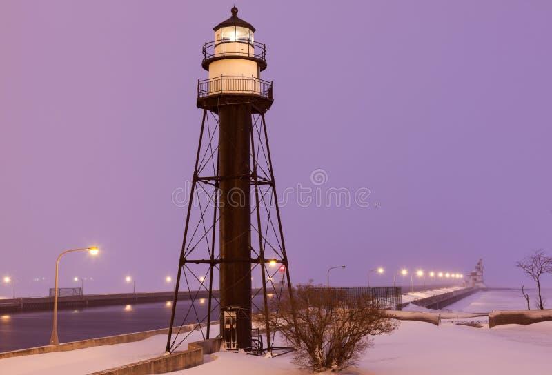 在雪stor期间的德卢斯港口南防波堤内在灯塔 免版税库存图片