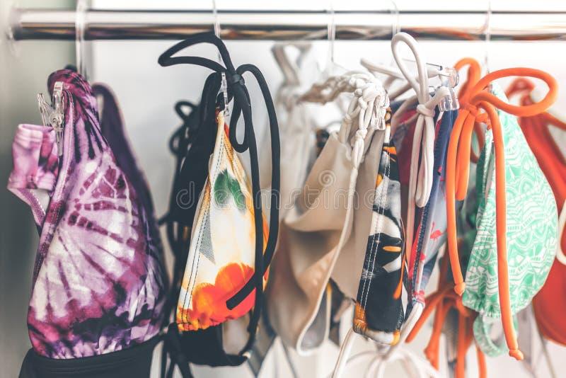 在零售店的妇女泳装在巴厘岛,印度尼西亚 时尚购物概念在亚洲 免版税库存照片