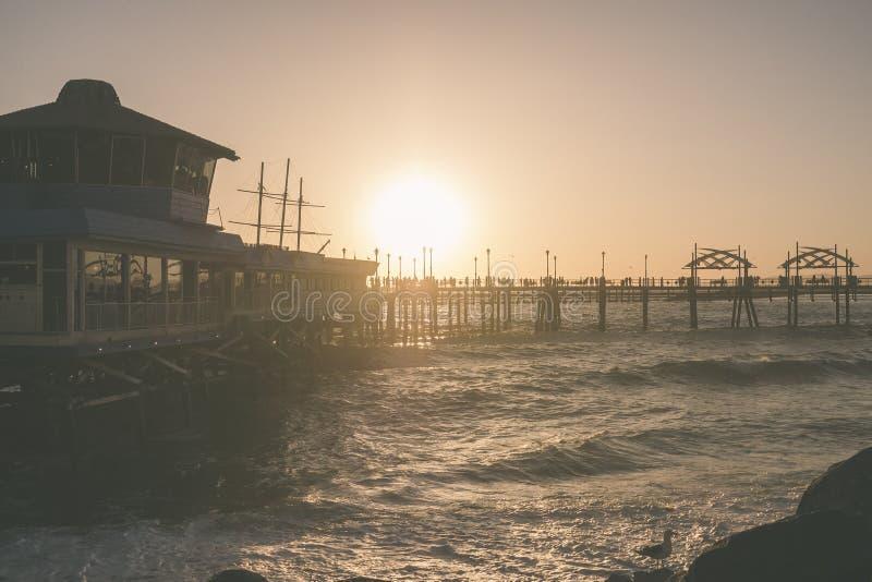 在雷东多海滩码头的日落有海洋的 免版税库存照片