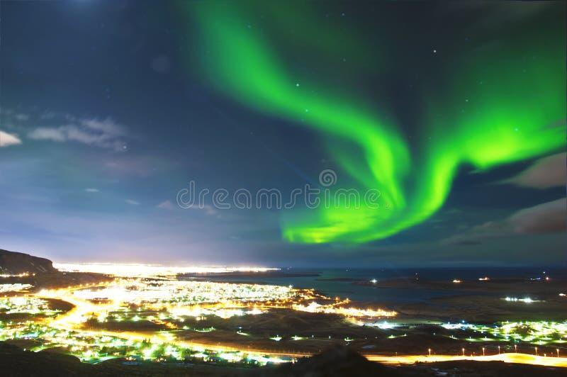 在雷克雅未克冰岛上的北极光 免版税库存图片