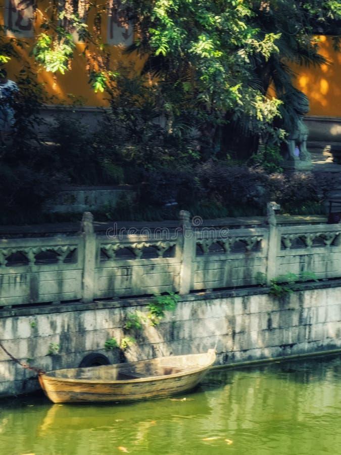 在雷峰塔的小木小船 图库摄影