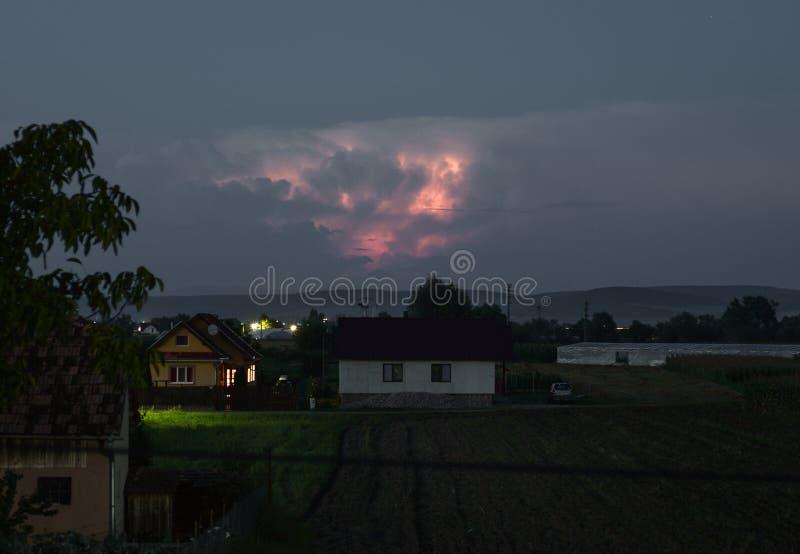 在雷暴云彩里面的闪电在东部喀尔巴阡山脉在罗马尼亚 库存照片