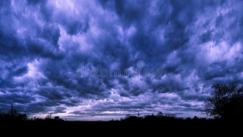 在雷暴前使黑暗的多云天空环境美化背景  免版税库存照片