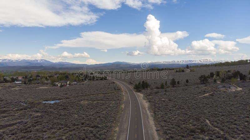 在雷暴前的高沙漠 库存图片