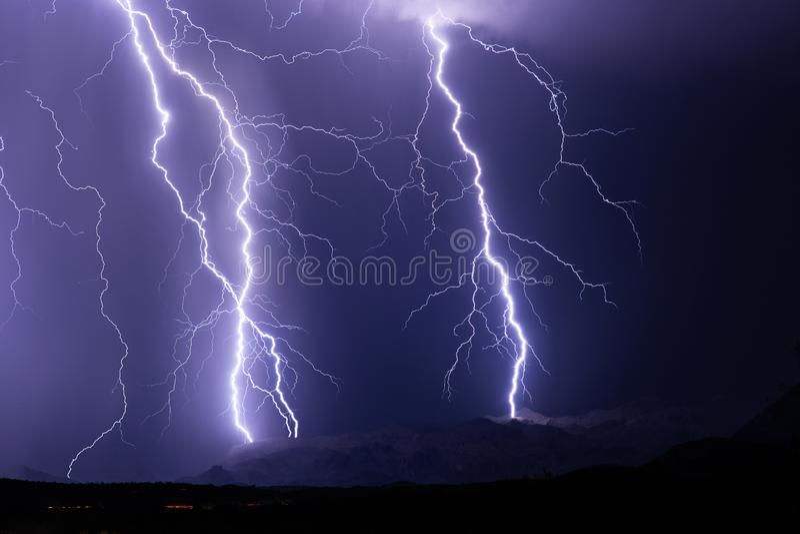 在雷暴期间,雷电碰撞山 图库摄影
