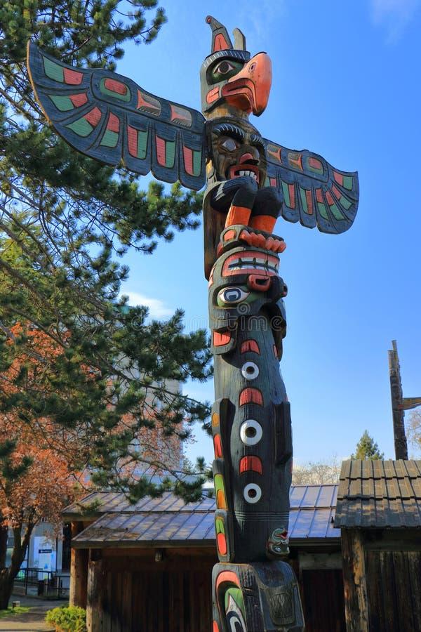 在雷鸟公园,维多利亚,不列颠哥伦比亚省的西海岸标识杆 库存照片