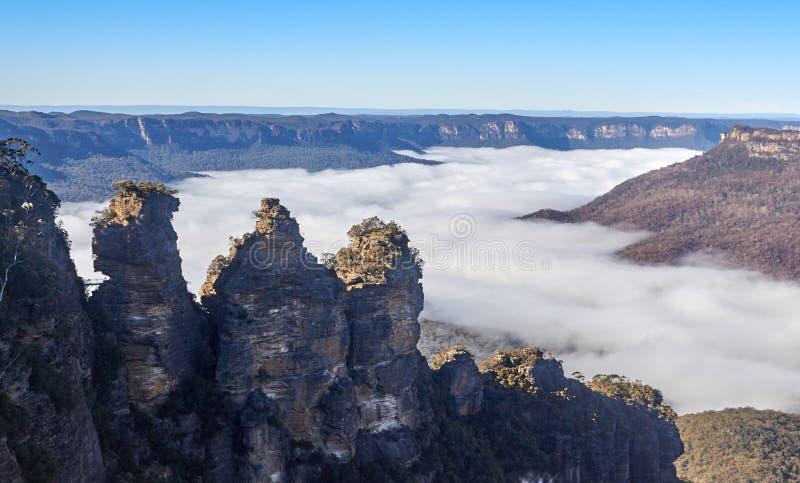 在雾上的三个姐妹在蓝山山脉澳大利亚 免版税图库摄影