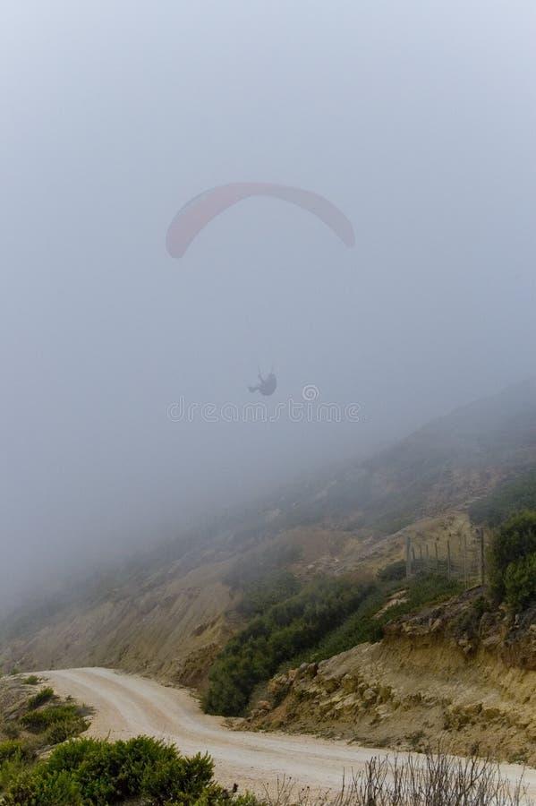在雾外面的滑翔伞 库存图片