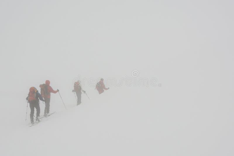 在雾失去的滑雪者 免版税库存照片
