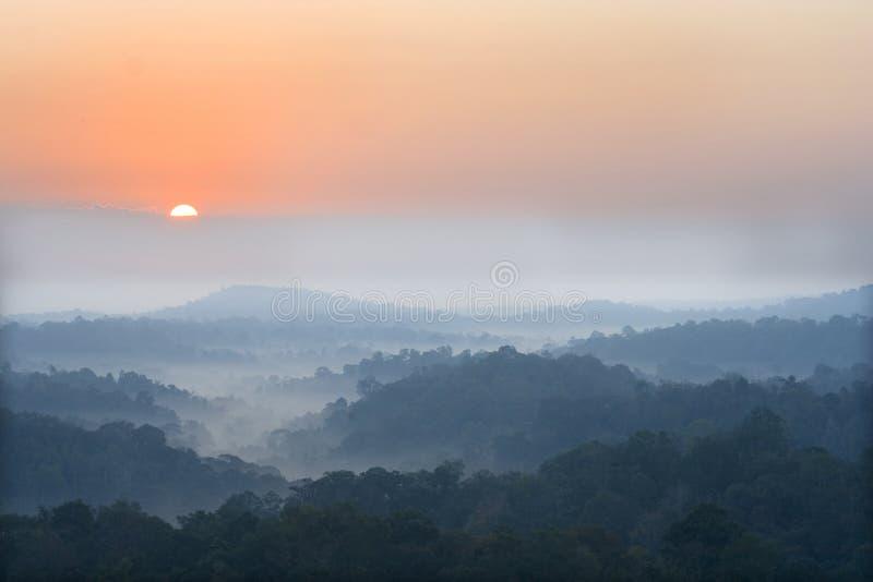 在雾山上升星期日之上 库存照片