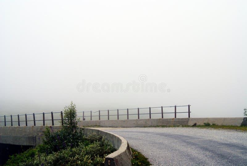 在雾期间被夺取的山的路 挪威的多山风景 免版税库存照片