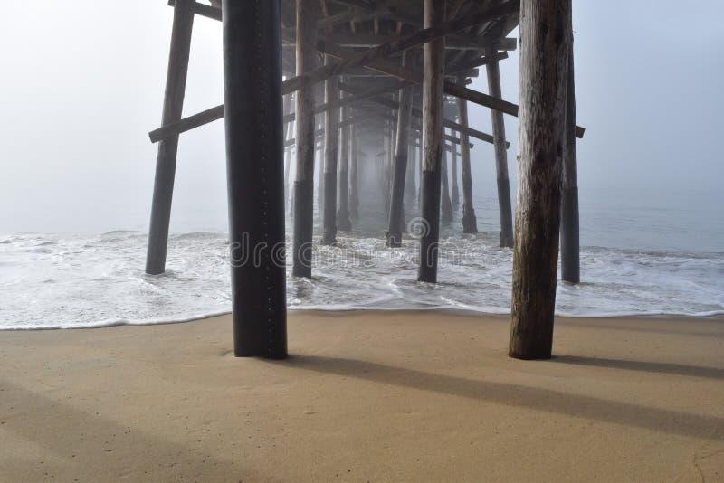 在雾的一个码头下 图库摄影