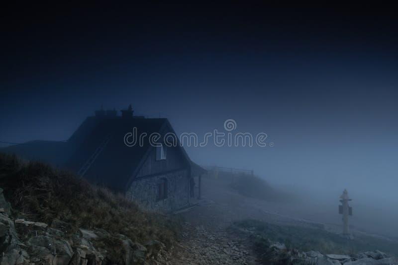在雾的小屋 免版税库存图片