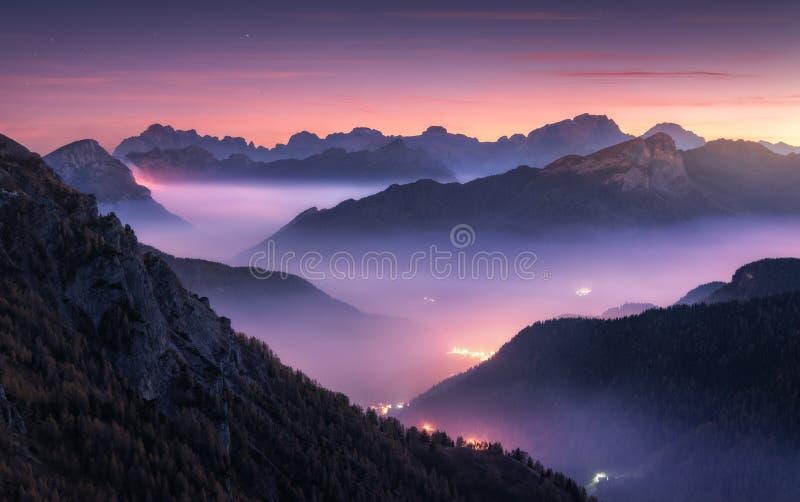 在雾的山在美好的晚上在秋天在白云岩,意大利 库存图片