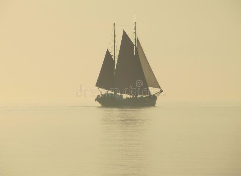 在雾的帆船 免版税库存照片