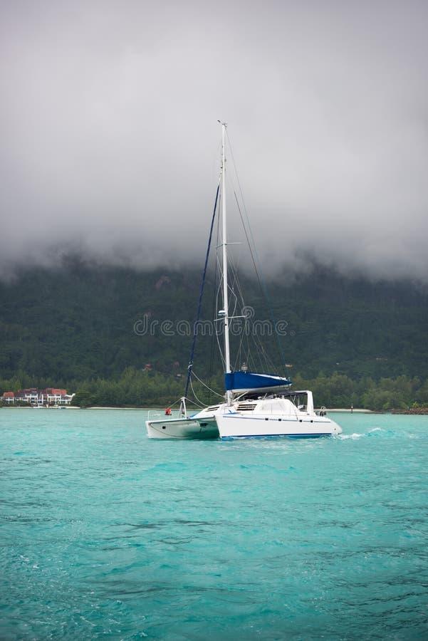 在雾的消遣游艇在塞舌尔群岛的海岸 库存图片