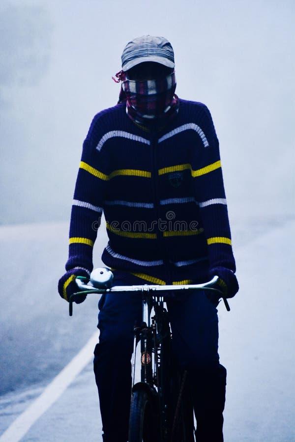 在雾的骑马周期 库存照片