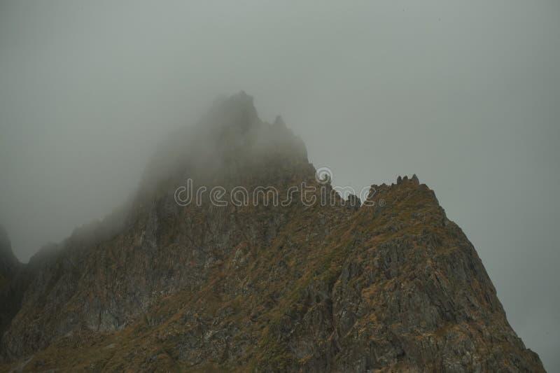 在雾的黑暗的山 免版税库存图片