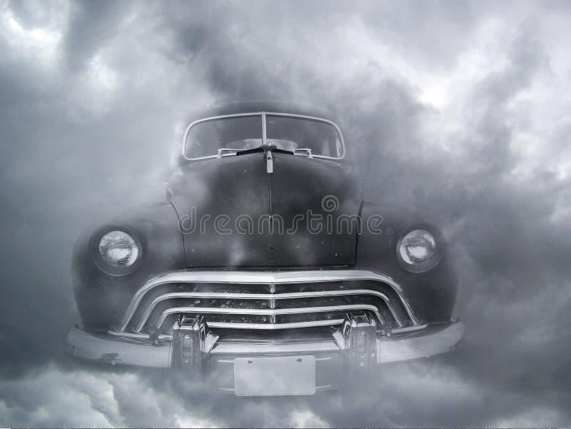 在雾的黑葡萄酒汽车 免版税库存照片