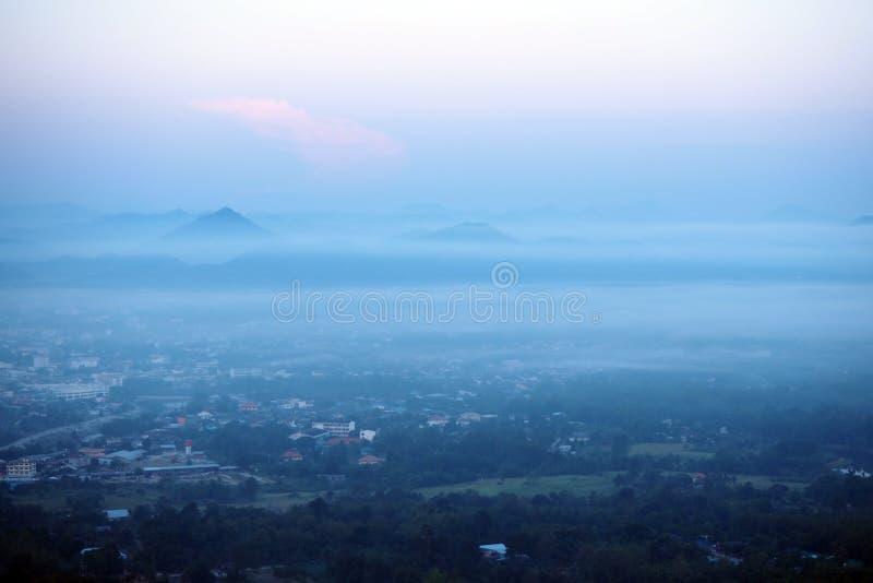Download 在雾盖的城市 库存图片. 图片 包括有 季节, 五颜六色, 薄雾, 天空, beautifuler, 早晨 - 62532643