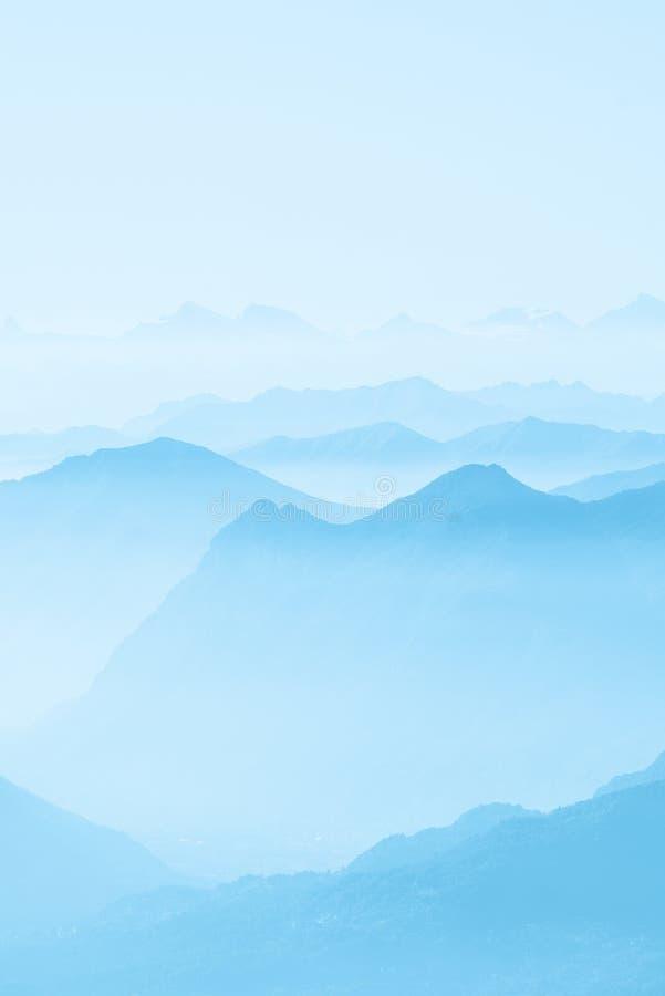 在雾盖的高白色小山顶和山美丽的射击  免版税库存图片