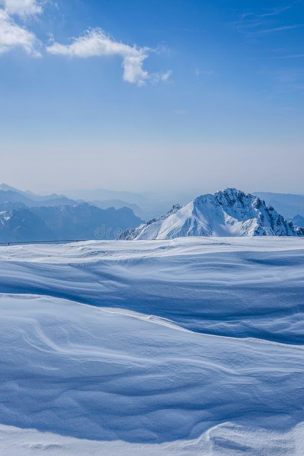 在雾盖的高白色小山顶和山美丽的射击  库存照片