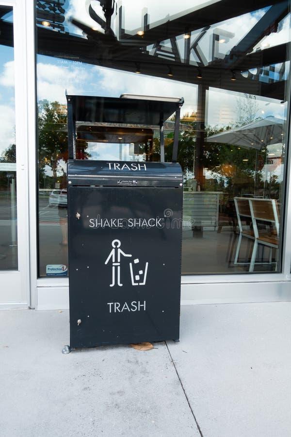 在震动棚子商店前面的垃圾箱 免版税库存图片