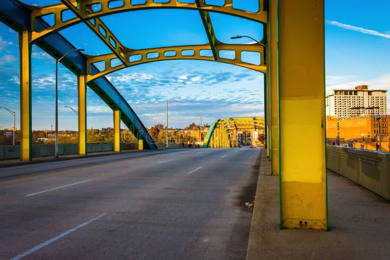 在霍华德街上的五颜六色的桥梁在巴尔的摩,马里兰 图库摄影