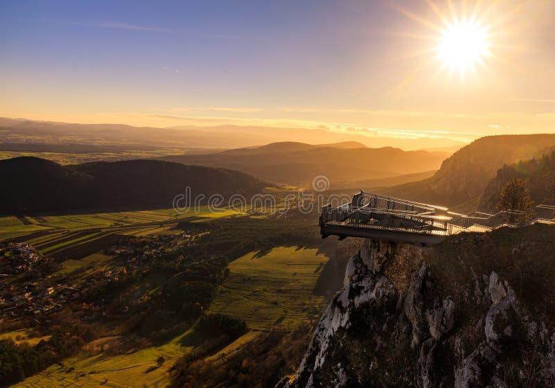 在霍赫万德的山峰Skywalk在日落期间的南奥地利 免版税库存图片