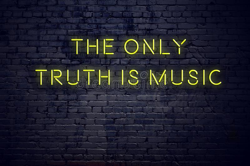在霓虹灯广告的正面富启示性的行情对砖墙唯一的真相是音乐 向量例证