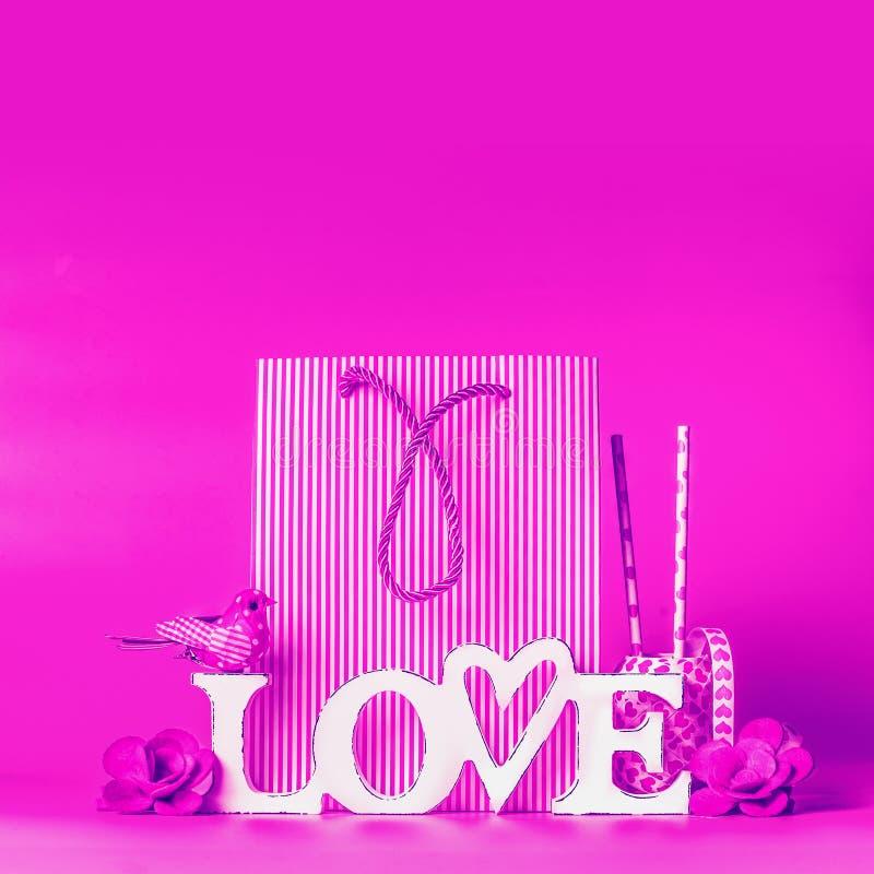 在霓虹颜色的创造性的爱背景概念 词在购物带来和装饰的爱标志 招呼的情人节和 免版税库存图片
